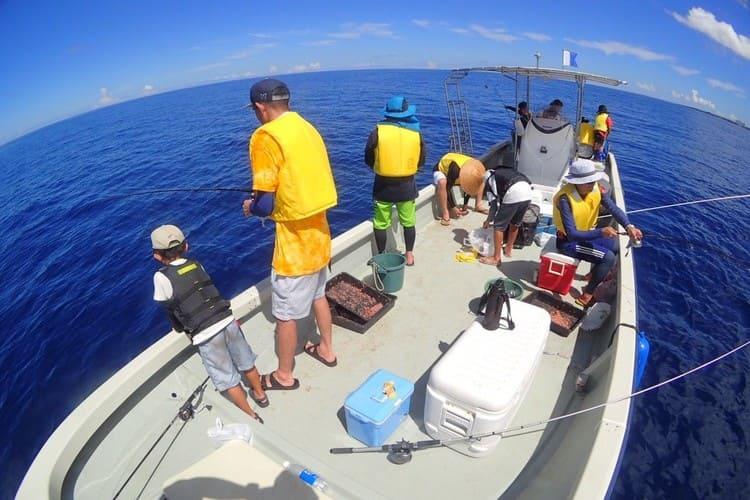 沖縄・読谷沖の海で釣り船体験