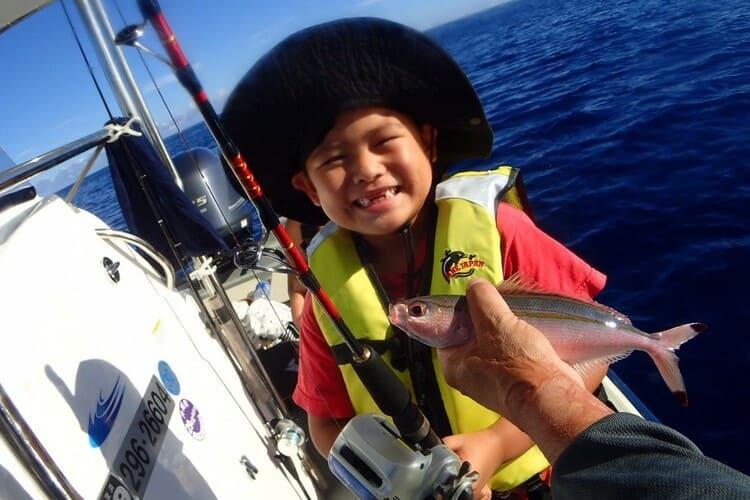 沖縄・読谷沖で釣り船体験